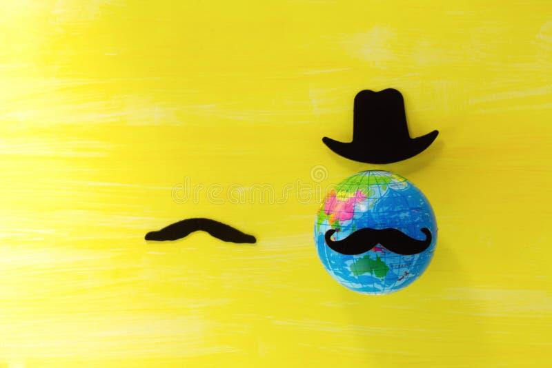 Sfałszowany czarny wąsy na żółtym tle, movember pojęcie zdjęcia stock