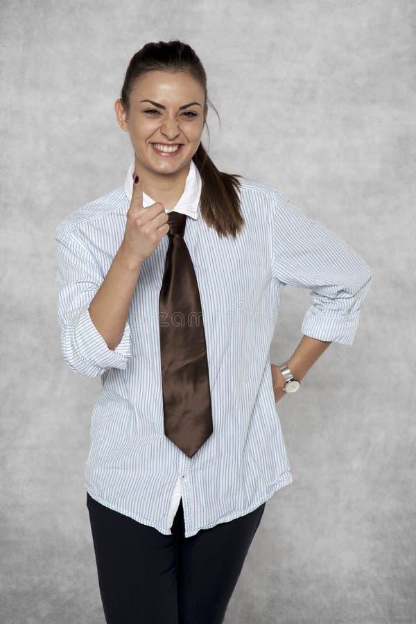 Sfałszowany uśmiech na twarzy gniewny bizneswoman obraz stock
