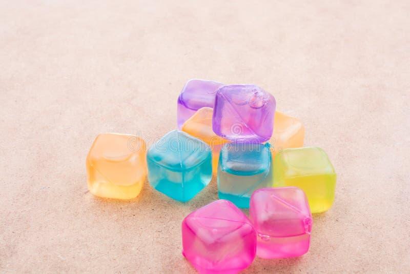 Sfa?szowane kolorowe kostki lodu na drewnie zdjęcia royalty free