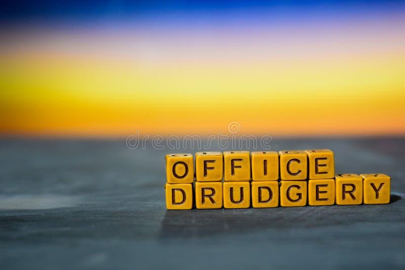 Sfacchinata dell'ufficio sui blocchi di legno Immagine elaborata incrocio con il fondo del bokeh fotografie stock