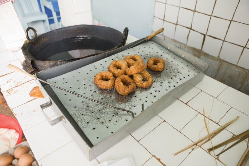 Sfenj ou loja de filhós africana norte, cozinhado no óleo fotografia de stock royalty free