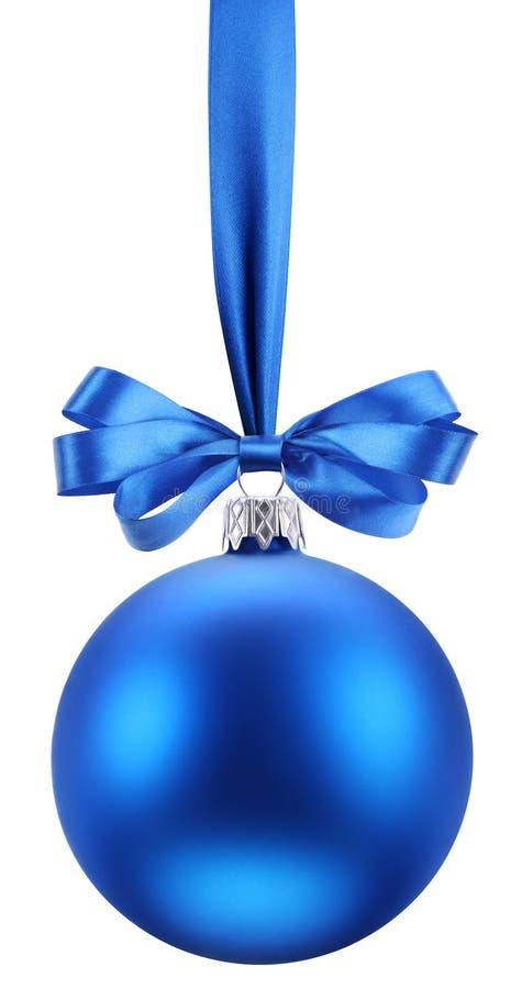 Sfera blu di natale sul nastro festivo. fotografie stock libere da diritti