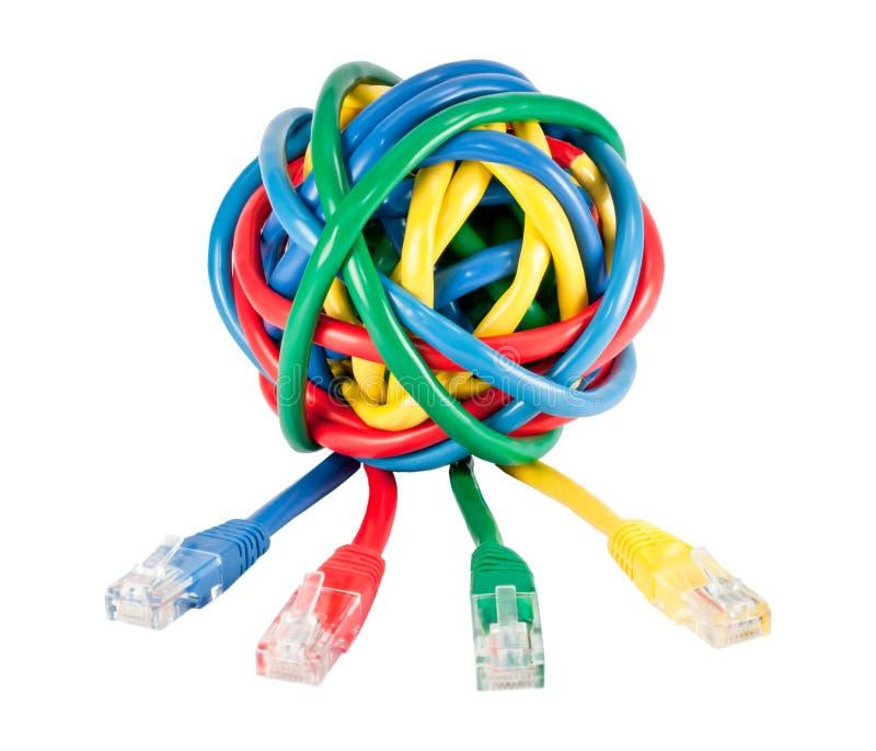Sfera dei cavi colorati e delle spine della rete isolati immagine stock