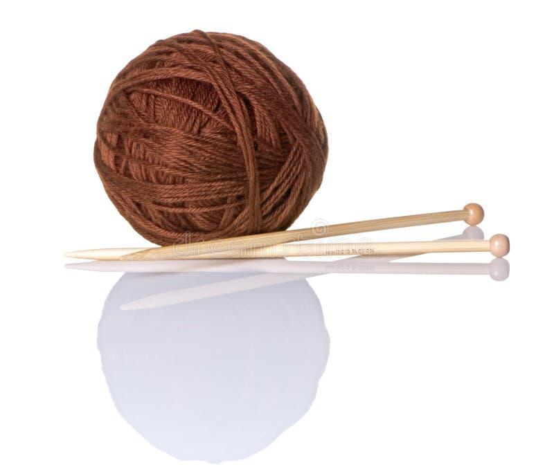 Sfera del filato del Brown con gli aghi di lavoro a maglia di bambù fotografia stock libera da diritti