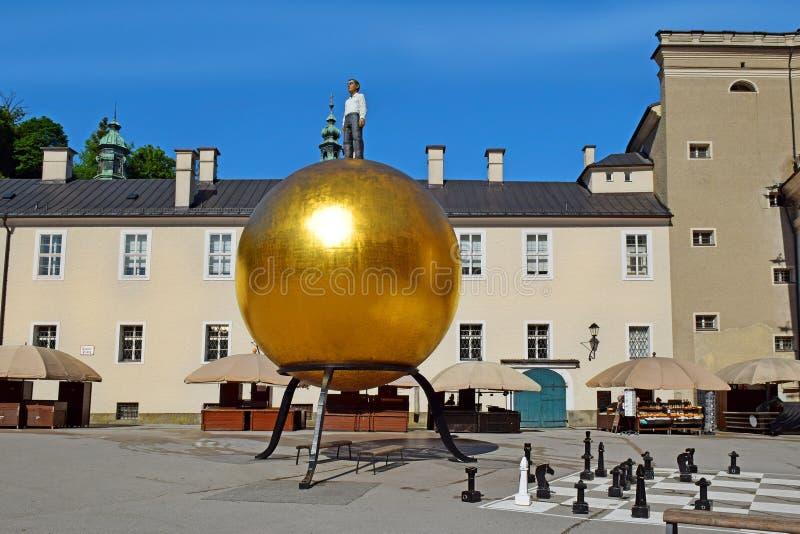 Sfera della scultura sul quadrato di Kapitelplatz in Altstadt storico, Salisburgo immagine stock libera da diritti