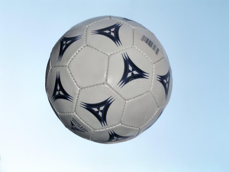 Sfera di calcio durante il volo immagini stock