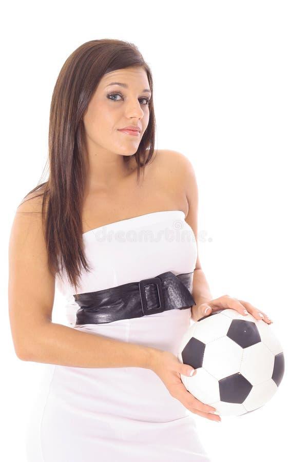 Sfera di calcio latina splendida della holding della donna immagini stock libere da diritti