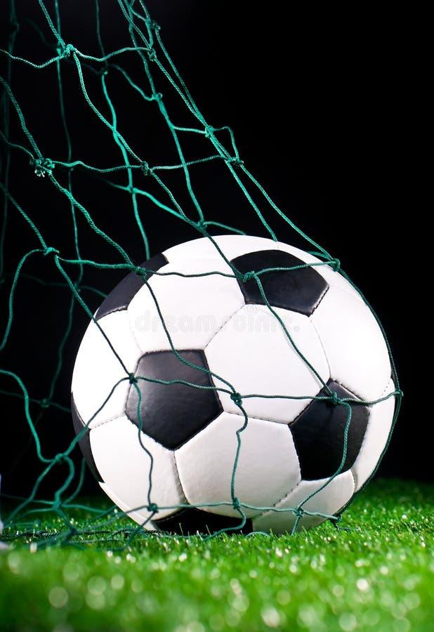 Sfera di calcio nel cancello netto fotografie stock