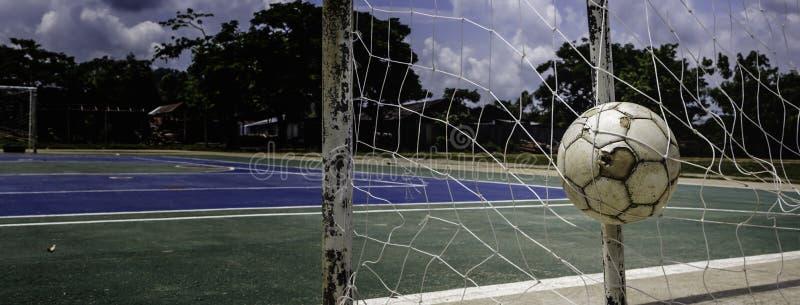 Sfera di calcio nell'obiettivo fotografie stock libere da diritti