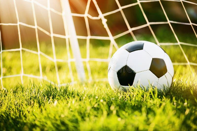 Sfera di calcio nell'obiettivo fotografia stock