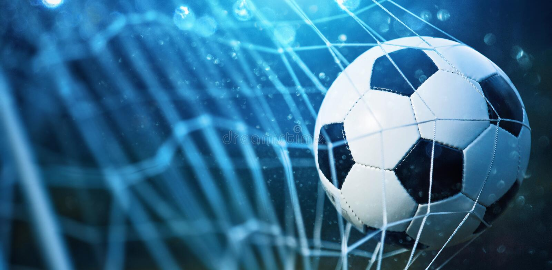 Sfera di calcio nell'obiettivo immagine stock