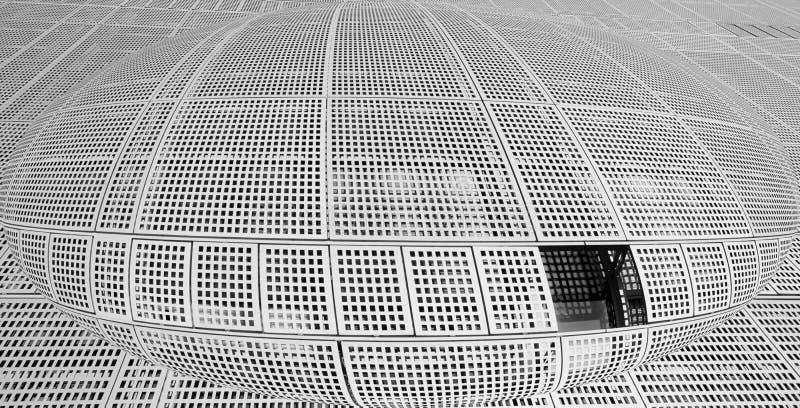 Sfera di costruzione metallica, sfondo astratto con rete di metallo grigio in forma sfera e finestre su di essa fotografia stock