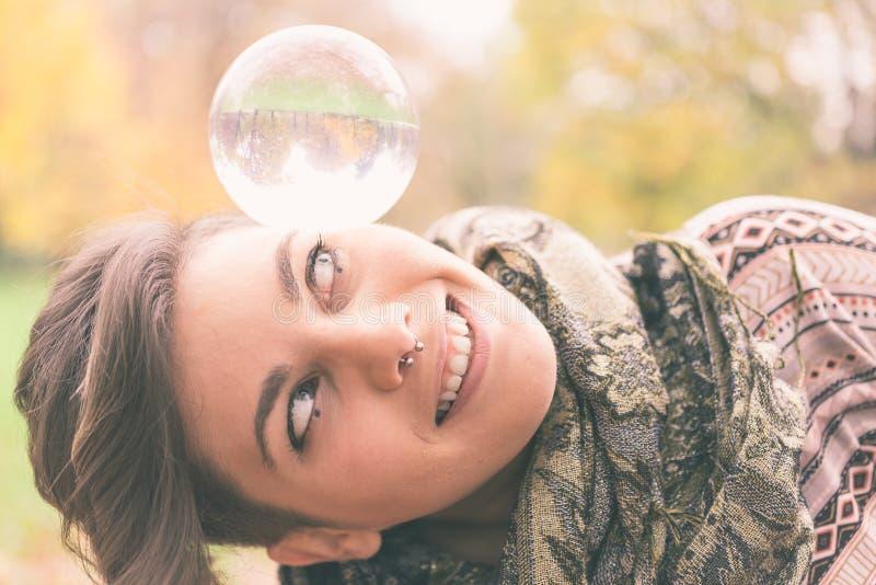 Sfera di cristallo d'equilibratura della donna fotografie stock libere da diritti