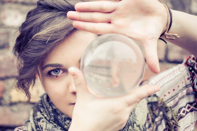 Sfera di cristallo d'equilibratura della donna fotografie stock