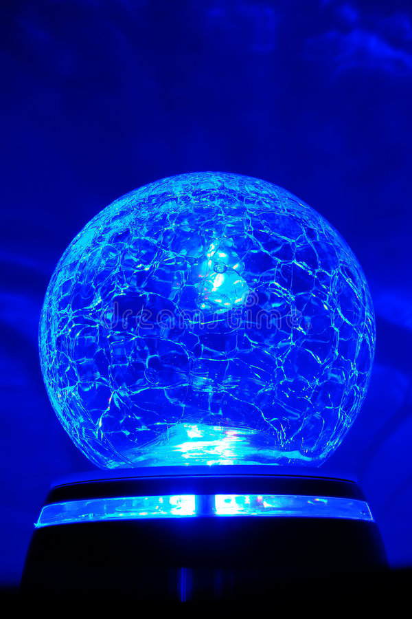 Sfera di cristallo luminosa blu immagine stock