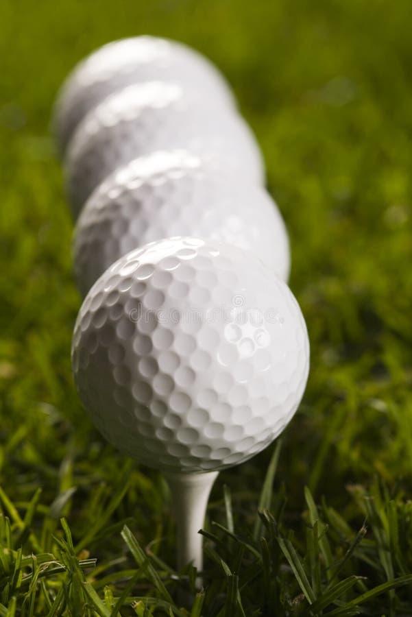 Download Sfera di golf sul T fotografia stock. Immagine di fuoco - 7318642