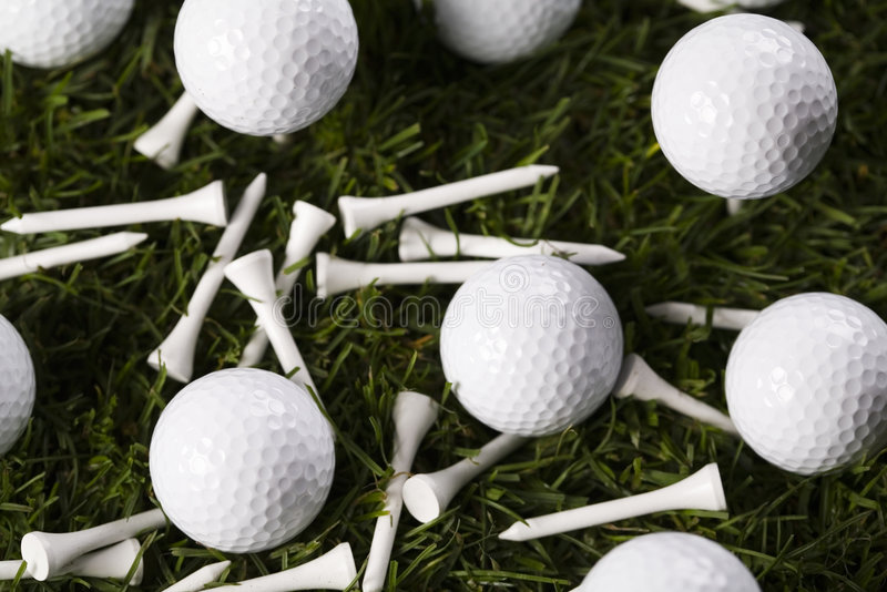 Download Sfera Di Golf Sul T In Erba Fotografia Stock - Immagine di campo, plastica: 7318716