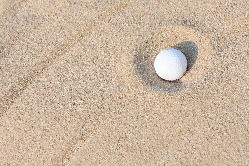 Sfera di golf sulla sabbia fotografie stock libere da diritti