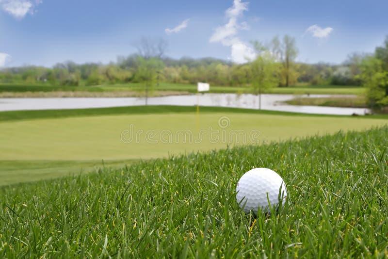Sfera di golf sulla terra fotografie stock libere da diritti