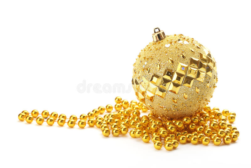 Sfera di natale dell'oro con i branelli immagini stock libere da diritti