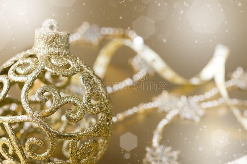 Sfera di natale dell'oro. effetto del bokeh fotografia stock