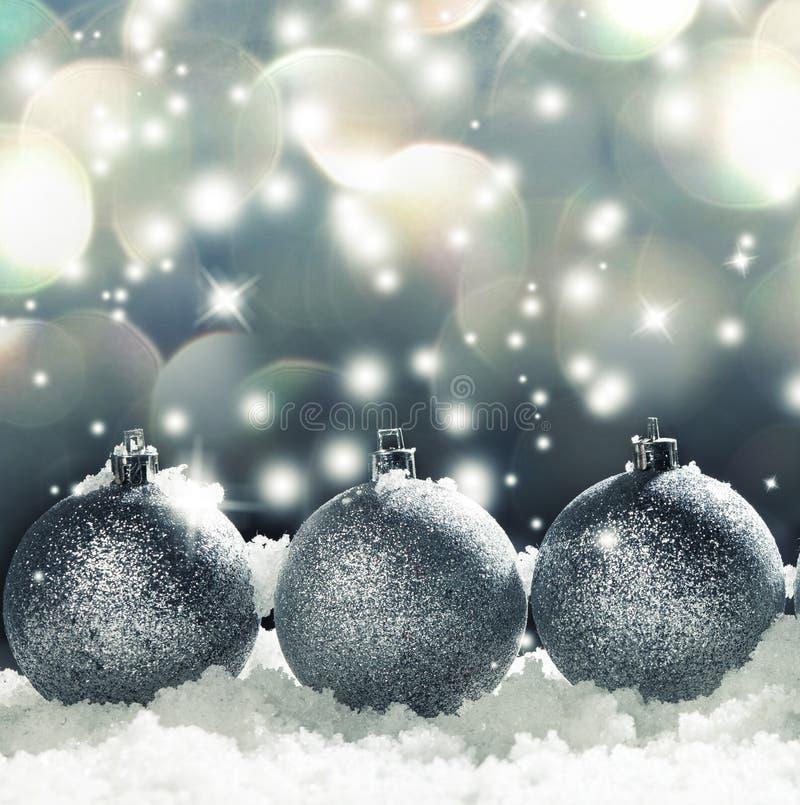 Sfera di Natale su neve immagini stock libere da diritti