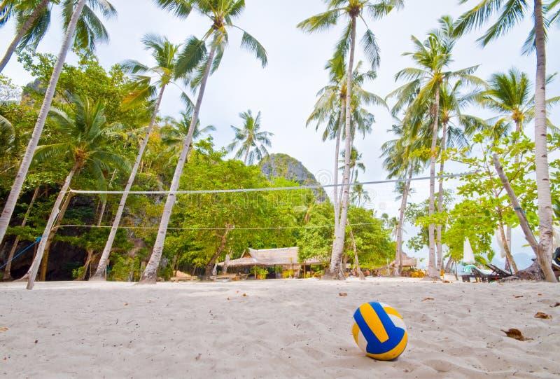 Sfera di scarica sulla spiaggia immagini stock libere da diritti
