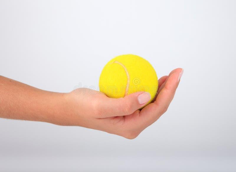 Sfera di tennis della holding della mano fotografia stock