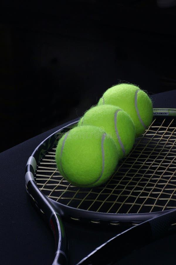 Sfera di tennis nella racchetta immagini stock libere da diritti