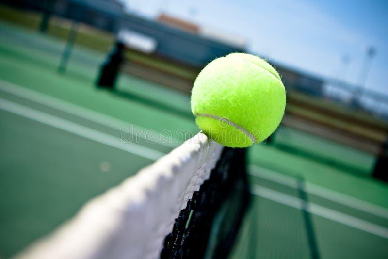 Sfera di tennis su rete immagini stock