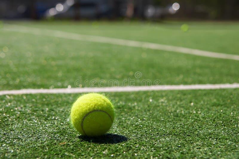 Download Sfera Di Tennis Su Una Corte Immagine Stock - Immagine di vista, svago: 3882627
