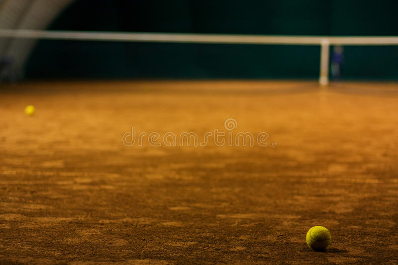 Sfera di tennis sulla corte immagine stock