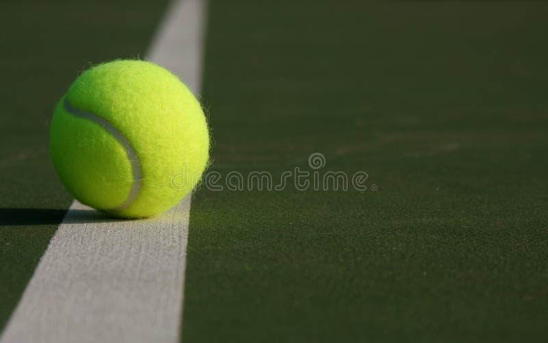 Sfera di tennis sulla riga della corte fotografia stock