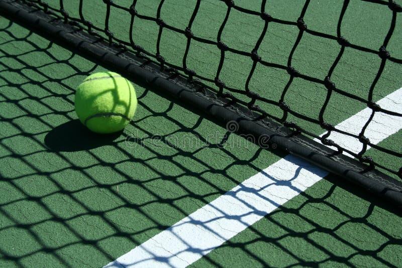 Sfera di tennis vicino a rete immagini stock libere da diritti