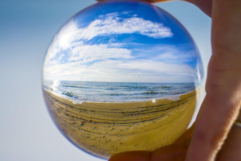 Sfera di vetro Il destino del pianeta Terra in mani umane immagini stock