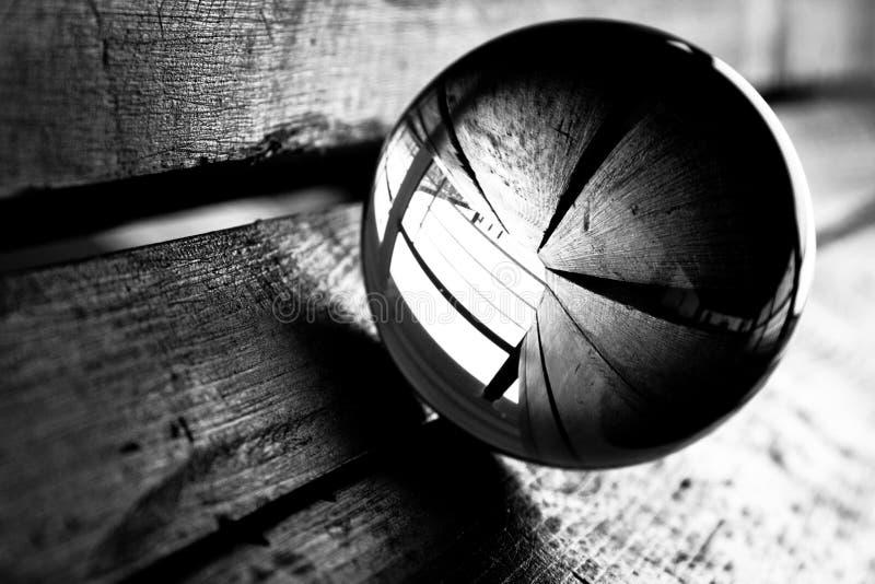 Sfera di vetro su legno fotografia stock