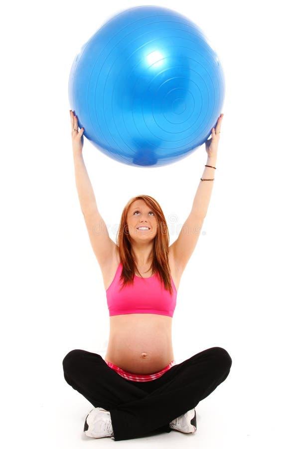 Sfera di yoga di forma fisica e di gravidanza fotografia stock libera da diritti