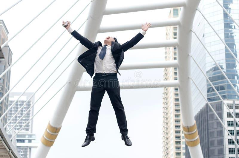 Sfera differente 3d Uomo d'affari asiatico che salta con il momento felice fotografia stock