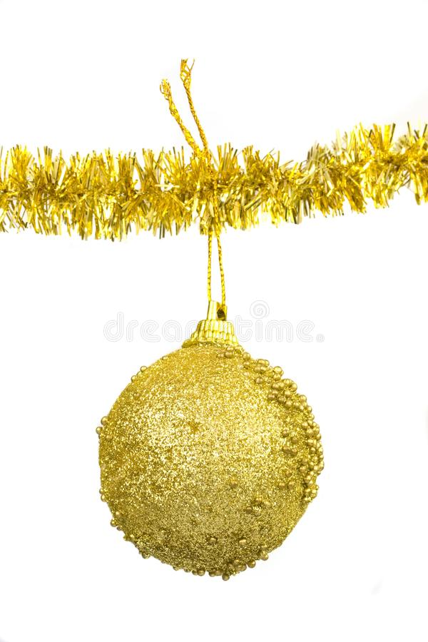 Sfera dorata - decorazione di natale immagini stock libere da diritti