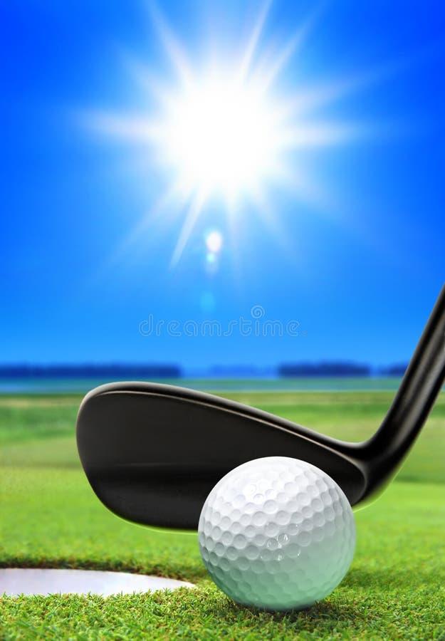 Sfera e corso di golf immagini stock