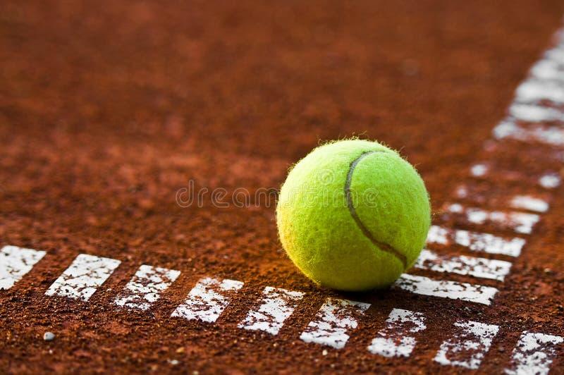 Sfera e corte di tennis fotografia stock libera da diritti