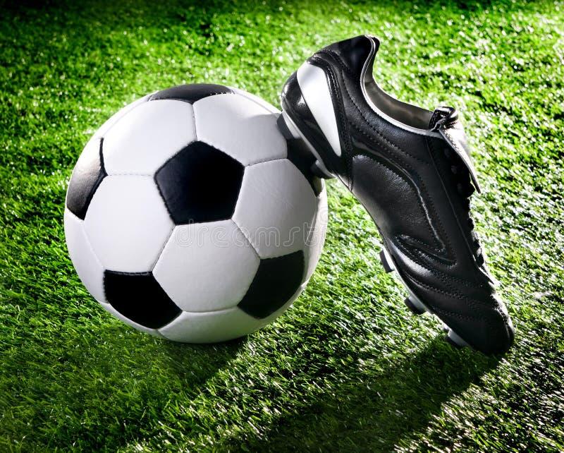 Sfera e pattini di calcio fotografia stock libera da diritti