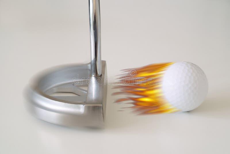 Sfera e putter di golf ardenti fotografia stock libera da diritti