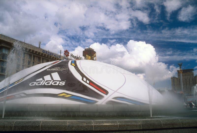 Sfera enorme con il marchio dell'EURO 2012 dell'UEFA. fotografia stock