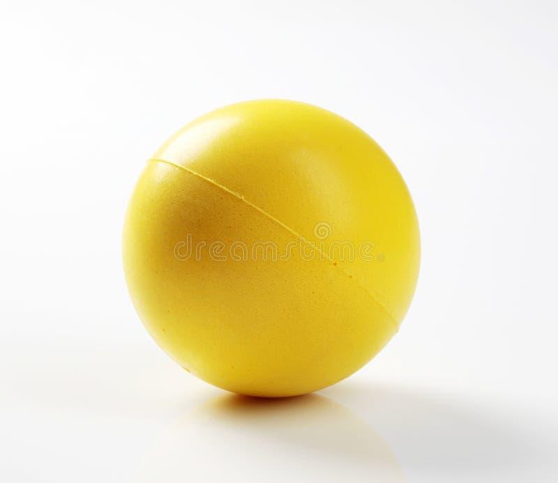 Sfera gialla della gomma piuma fotografie stock
