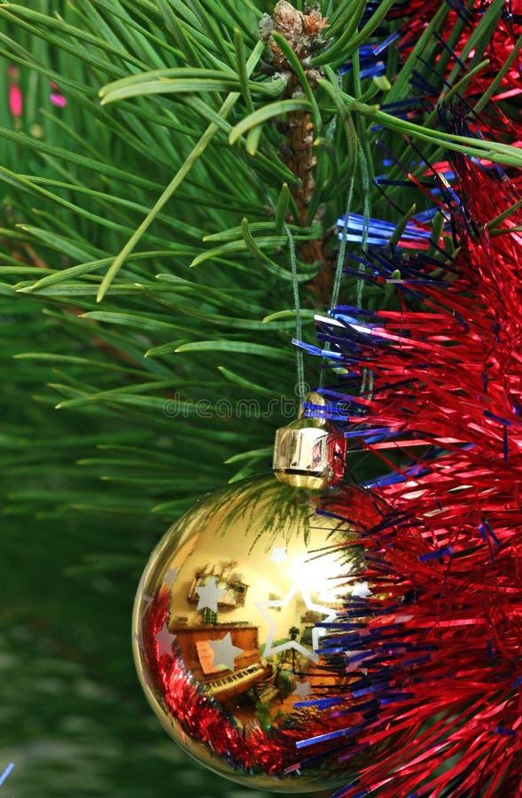 Sfera gialla di Cristmas sull'albero di Cristmas fotografie stock