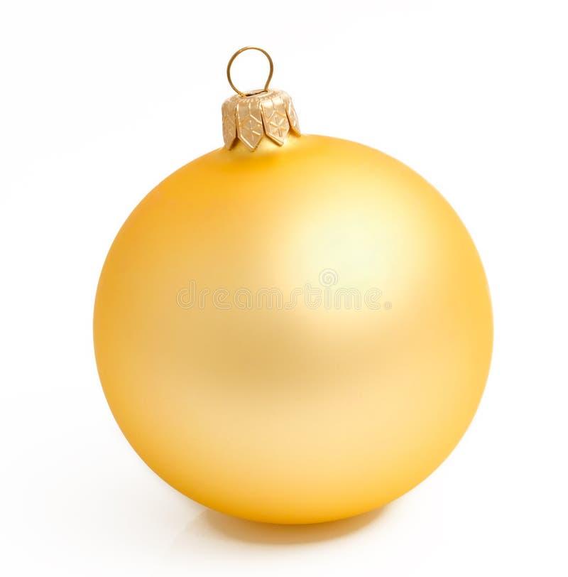 Sfera gialla di natale dell'oro su un bianco fotografia stock