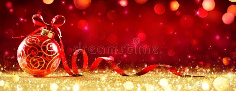Sfera rossa di Natale con l'arco fotografie stock libere da diritti