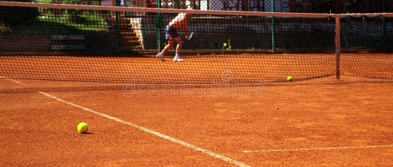 Sfera sulla corte di tennis fotografie stock