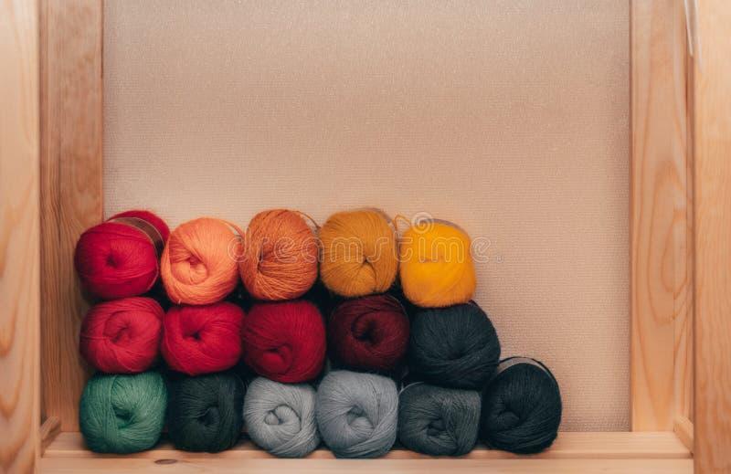 Sfere colorate di filato Colori del Rainbow Tutti i colori Filato per lavorare a maglia Matasse di filato I fili sono sistemati i immagini stock libere da diritti